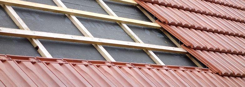 Un chantier de rénovation de toiture en tuiles.