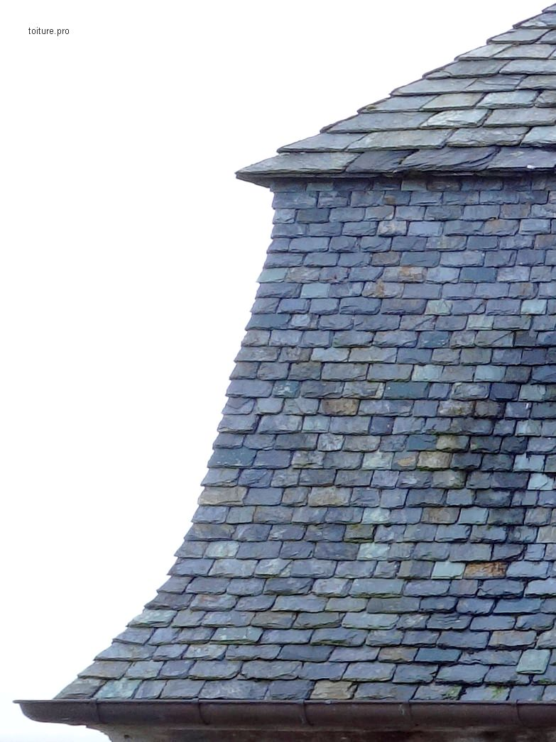 Ardoises d'approche des arêtiers d'une toiture à la Mansart.