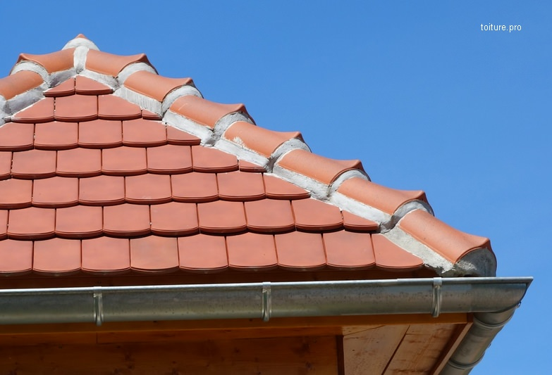 Arêtier d'une toiture en tuiles.