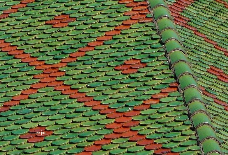 Arêtier d'une toiture en tuiles vernissées.