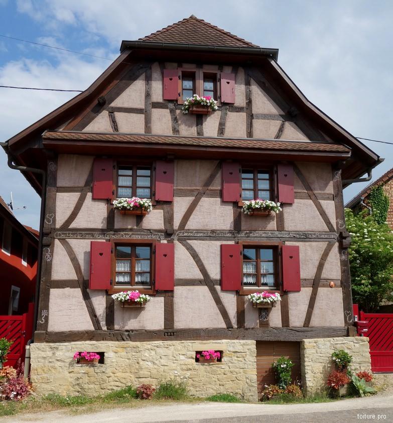 Toiture d'Alsace traditionnelle à croupe et à coyau.