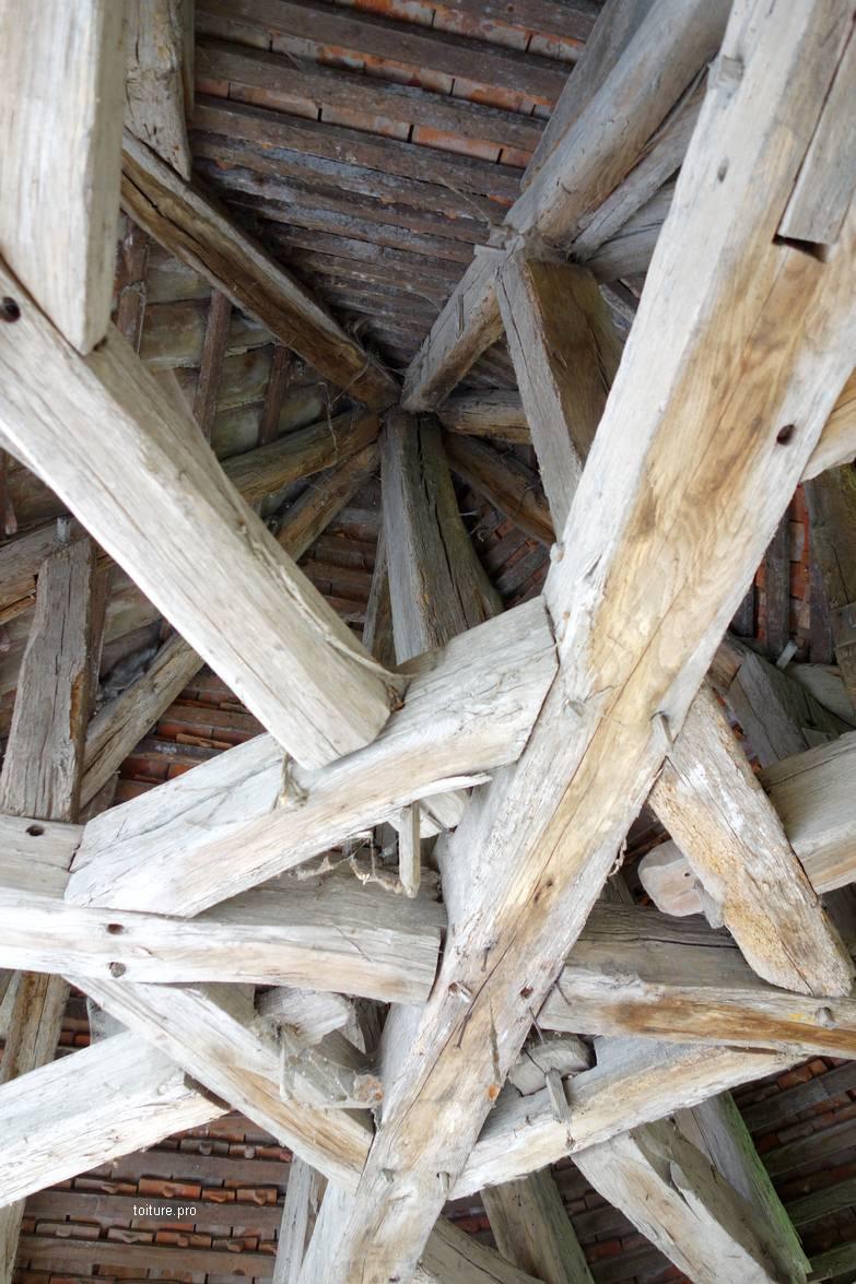 Enrayure d'une charpente de tourelle en bois.
