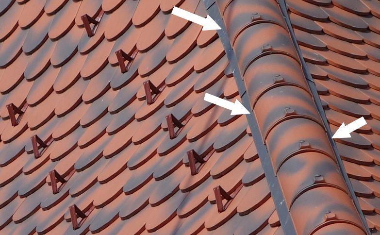 Closoir d'arêtier sur toiture en tuiles plates de type écaille.