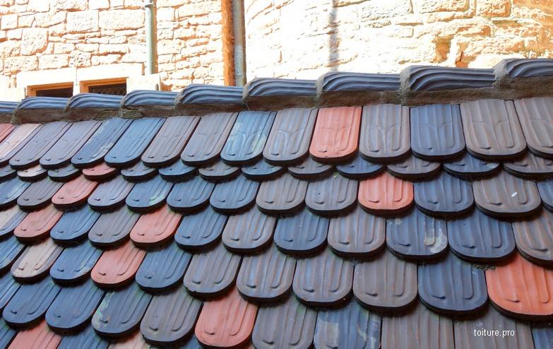 Embarrure sur le faîtage d'une toiture en tuiles Bieberschwanz ou queue de castor avec doublis haut.