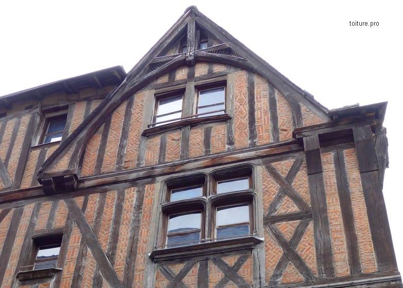 Ferme de charpente débordante de l'avant-toit d'une maison à pans de bois ou à colombages.