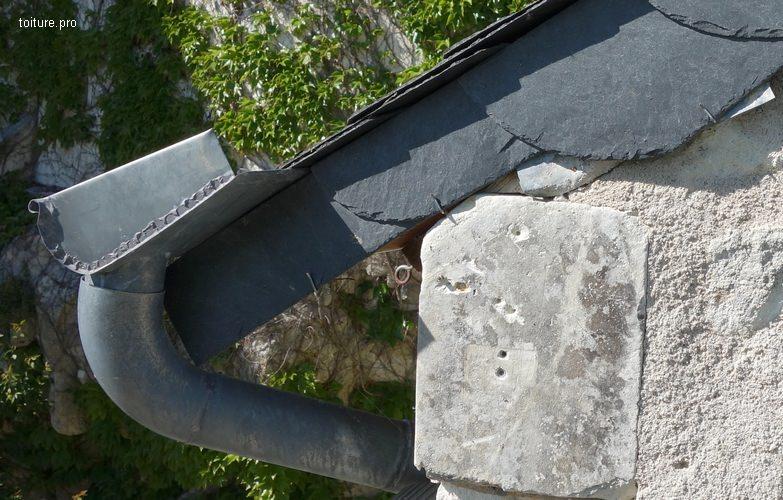 Gouttière havraise avec descente coudée sur toiture ardoises.