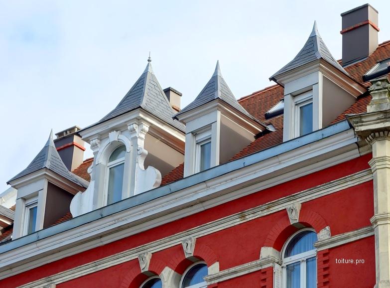 Lucarnes à pavillon avec toiture pyramidale à 4 pans.