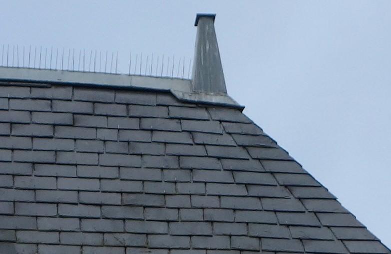 Approches et contre-approches d'une toiture en ardoises.