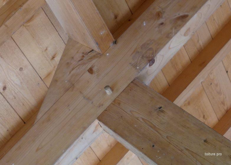 Assemblage tenon-mortaise d'une charpente traditionnelle en bois.