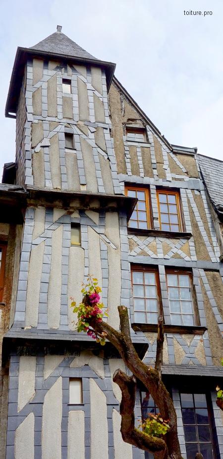 Utilisation de l'ardoise naturelle en protection des colombages des maisons à pans de bois.