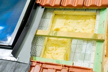 Coupe d'un toit montrant les différentes couches.
