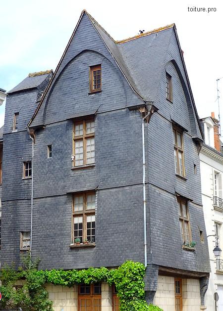 Utilisation de l'ardoise en façade comme bardage de protection.