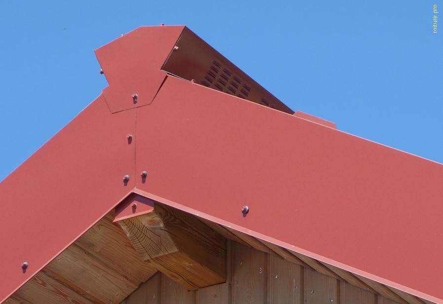 Faîtage ventilé et rive de pignon pour couverture bac acier.