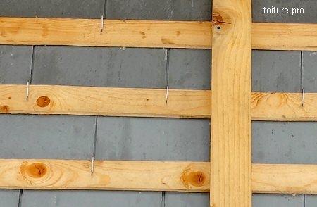 Fixation des ardoises avec la pose de crochets sur liteaux.