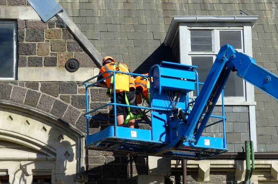 Intervention d'urgence pour mesures conservatoires sur une toiture.