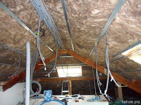 Pose de l'isolation sous toiture.