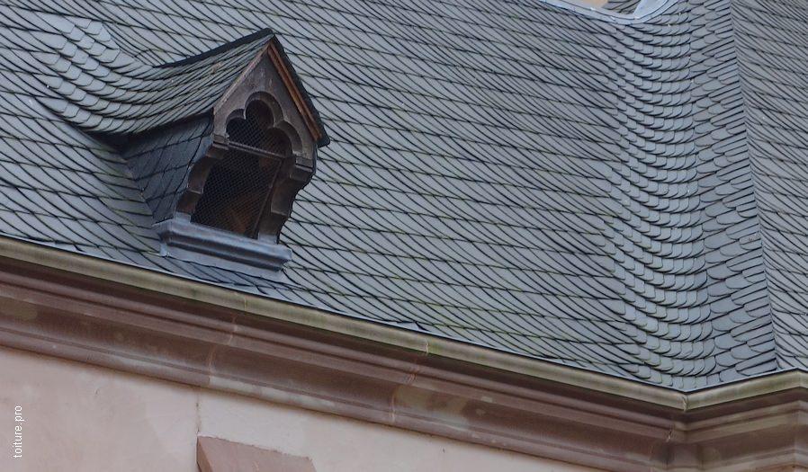 Couverture en ardoise, pose en schuppen vieil Allemand avec noue ronde et faîtage en lignolet.