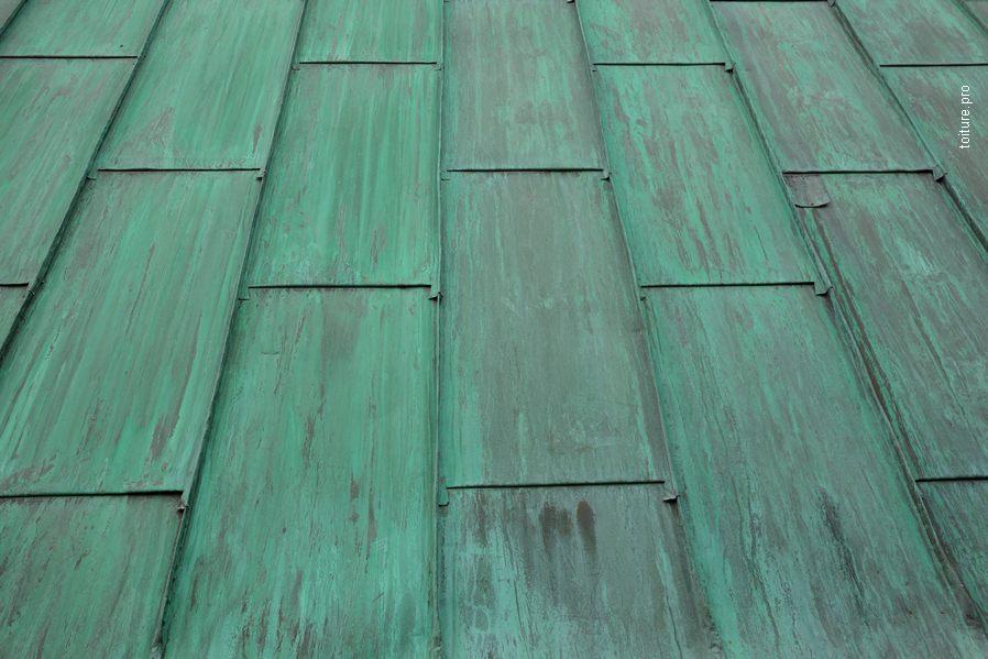 Oxydation et patine verte d'une couverture en cuivre.