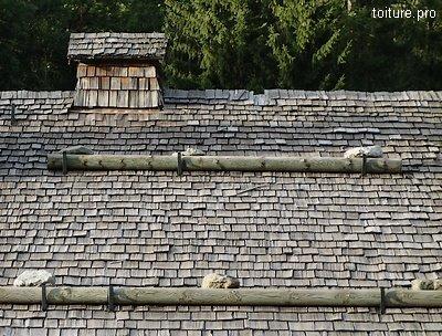 Couverture de chalet de montagne en bardeaux de bois, ou tavaillons.