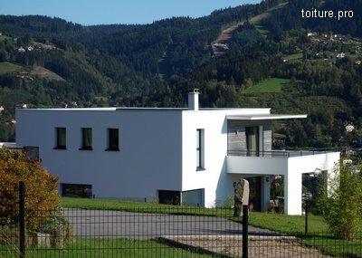 Maison d'architecte à toit plat en zone d'altitude.