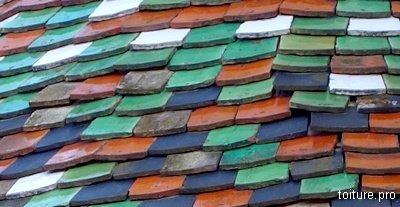 Tuiles plates vernies de couleur.