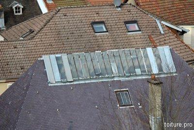 Couverture ancienne avec verrière et cheminée.